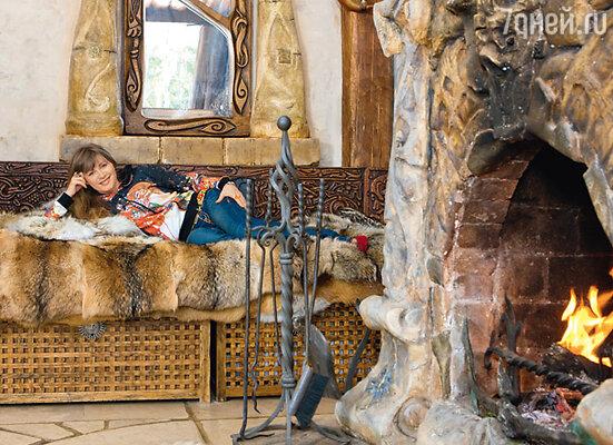 В доме Вики Цыгановой ее муж Вадим сделал много каминов. Этот — в кельтском стиле