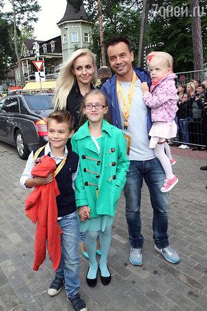 Алексей Серов с семьей