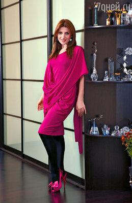 Это трикотажное платье певица может надеть и на деловую встречу...