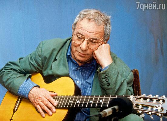 Тодоровский иногда говорил: «Жаль, что я не поступил в консерваторию, а то был бы сейчас композитором». Но ведь он и так им стал — всю музыку к своим фильмам сочинил сам