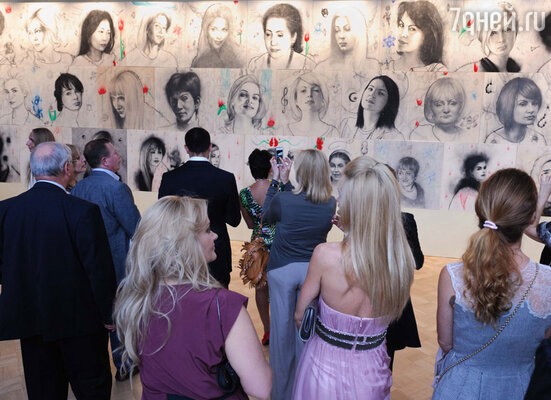 В рамках проекта Гальяни решал сложную задачу — запечатлеть лицо и душу российской женщины, объединив в едином арт-объекте 48 отдельных портретов