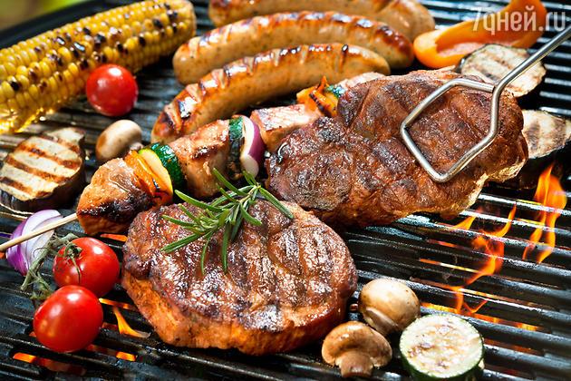 От собравшихся на пикник требуются только две вещи — не мешать кудеснику и всячески нахваливать его творения, особенно сочное мясо, пахнущее дымком