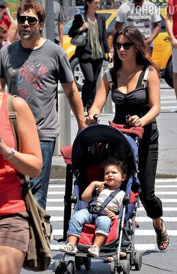 С женой Пенелопой Крус и сыном Лео напрогулке в Нью-Йорке. Июнь 2012 г.