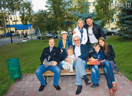 С женой Татьяной и ее сыном Денисом (во втором ряду), сыном Ильей, невесткой Анной и внуками Иваном, Феклой и Серафимом