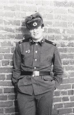 «После окончания архитектурного института я вдруг решил пойти в армию, рядовым. Определен был в конвойные войска, развозить заключенных»