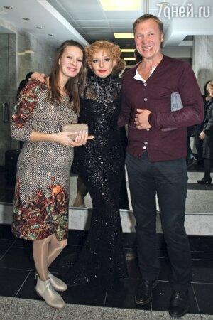 Юлия Пересильд (в центре) и Анатолий Журавлев с подругой