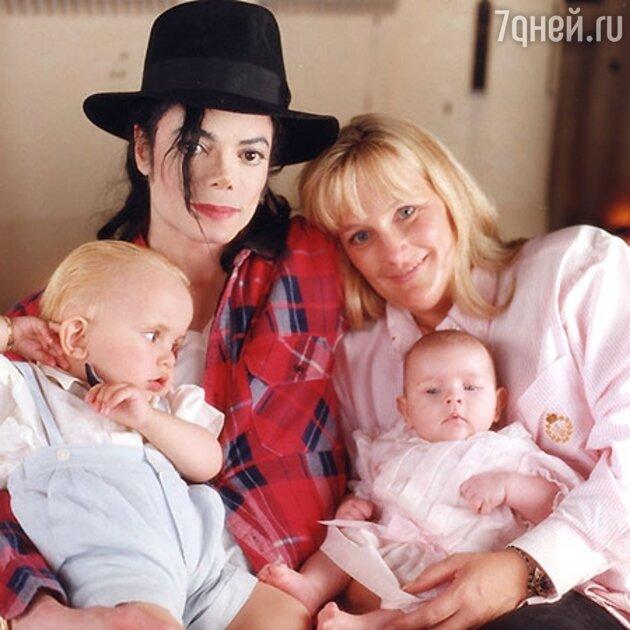 Майкл Джексон с женой Дэбби Роу и детьми
