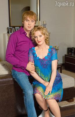Сергей и Юлия Светлаковы всвоей московской квартире, 2009 г.