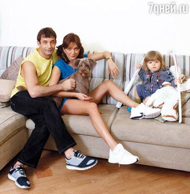 Дмитрий Певцов, Ольга Дроздова, их сын Елисей и домашняя любимица дворняга Тина