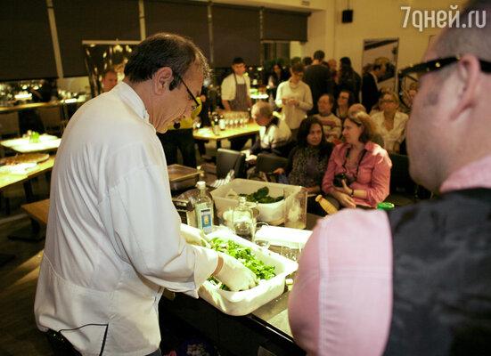На мастер-классе Хаким Ганиев приготовил салат по собственному рецепту из пармезана, шампиньонов и шпината в специальной лимонно-трюфельной заправке.