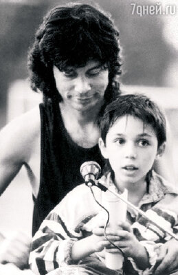 Олег Газманов вместе с сыном Родионом исполняют песню «Люси», сделавшую их знаменитыми