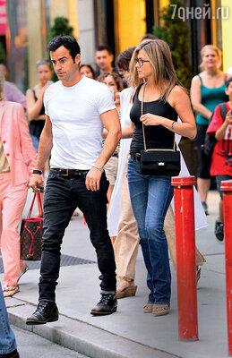 Энистон не любит бывать вНью-Йорке — в этом городе по-прежнему живет и работает бывшая подруга ее жениха Хайди Бивенс. Сней он жил в гражданском браке 14 лет и, по некоторым сведениям, продолжает общаться. Дженнифер Энистон и Джастин Теру в Нью-Йорке. 2013 г.