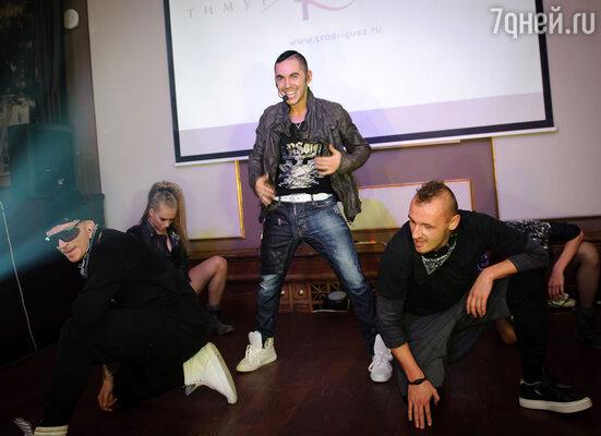 Чтобы гости полностью расслабились, Тимур вышел на сцену и исполнил свои новые песни.