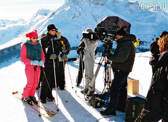 Отчаянная Рене Зеллвегер, не умевшая кататься на горных лыжах, отважилась сама выполнять все трюки. Но еще сложнее было оператору фильма — ему пришлось спускаться со склона задом наперед с пристегнутой к груди кинокамерой...