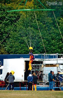 Чтобы инсценировать прыжок с парашютом, Зеллвегер довелось повисеть на тросах на изрядной высоте