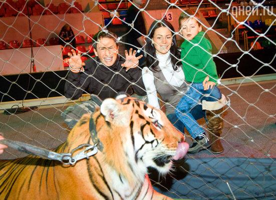 «Этот эксперимент, пожалуй, последний, мне еще детей растить» Оскар Кучера с женой Юлей и сыном Сашей