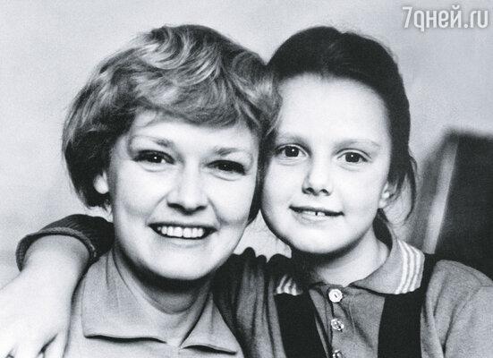 Дочерью занималась в основном я. Когда Оксана была маленькой, я задыхалась от нежности и восторга. Насмотреться на нее не могла. А Леня только плечами пожимал: «Ребенок как ребенок»