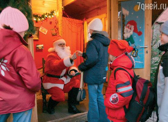 В рождественские дни на Ратушной площади ставят домик для Деда Мороза