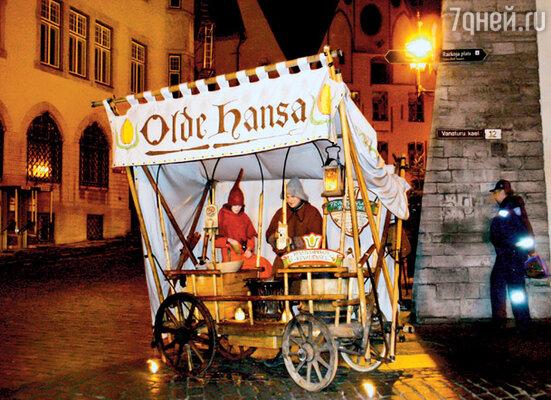 Повозка с жареными каштанами всегда стоит у входа в национальный ресторан «Olde Hansa»