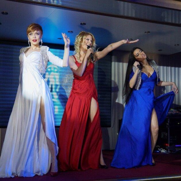 Участницы группы «ВИА Гра» Даша Медовая, Даша Ростова и Айна Вильдер