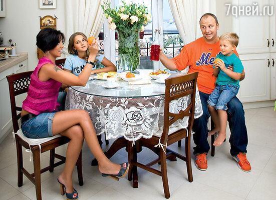 С сыном, женой Ириной и ее дочерью от первого брака Наташей
