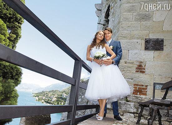 Отпуск мы с Леной решили совместить со свадьбой. В Интернете нашли потрясающую картинку:  открытая терраса в башне над озером Гарда в Италии