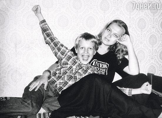C детства я много времени проводил на гастролях с мамой, актрисой театра и кино Любовью Руденко.  Постепенно от «улыбки на ножках» (так меня называли в юности) я перешел в статус Толяна «Любаниного»…