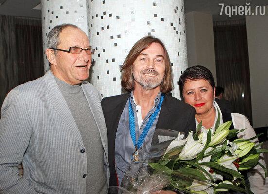 Никас Сафронов с Эммануилом Виторганом и его супругой Ириной