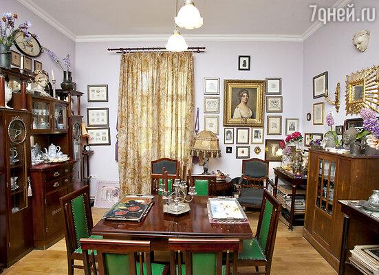 В центре гостиной стоит тот самый отреставрированный столовый гарнитур 1911года, который был куплен в антикварном магазине Санкт-Петербурга вразломанном виде. Настене висит большой портрет королевы Луизы Прусской