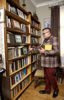 В Зеленоградск историк моды перевез все шкафы с книгами из московской квартиры своих родителей