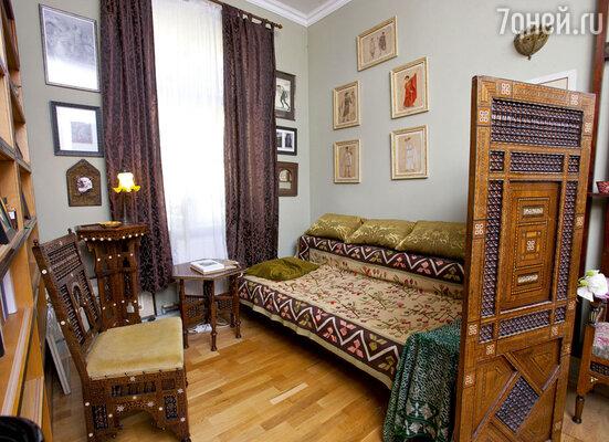 В спальне Александр Васильев поставил свой детский диван, который сохранился у родителей