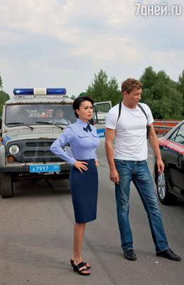 Героиня Заворотнюк влюблена в главного героя фильма — честного оперативника в исполнении Александра Бухарова