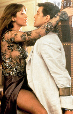 ... а уж после любовных объятий Пирса Броснана, в которых побывала Софи, Жулавский и вовсе сошел с ума. (Софи Марсо и Пирс Броснан в фильме «И целого мира мало», 1999 г.)