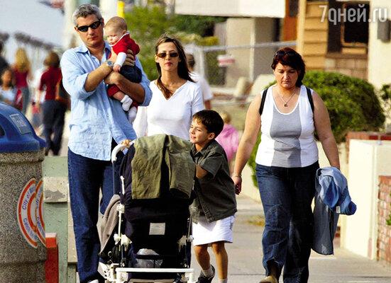 ...но хотя акриса родила Лемли дочку, выйти за него замуж она отказалась. (Софи Марсо и Джим Лемли на прогулке с детьми – Венсаном и шестимесячной Жюльетт. Лос-Анджелес,  2002 г.)
