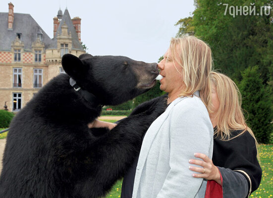 Стремясь не отстать от смельчака Михайлова, Дробыш с медведем и обнялся, и буквально поцеловался
