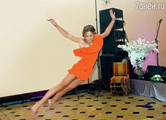 Дочь Инны, Ева, приготовила в честь героев вечера два номера: вокальный и танцевальный