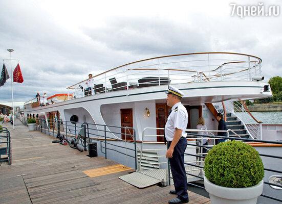 На комфортной яхте гостей ждало угощение: шампанское, вино и знаменитые французские сыры