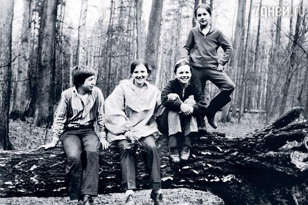 Елена Нифонтова (третья слева)