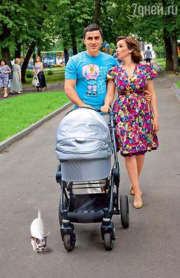 Молодые родители Анфиса Чехова и Гурам Баблишвили (Коляска Teutonia, «Кенгуру»)