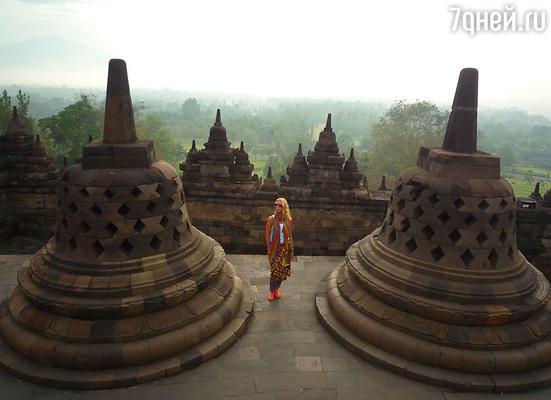 «Одно из самых ярких впечатлений за последнее время — ночное восхождение к самому большому в мире буддийскому храму Боробудур на острове Ява»