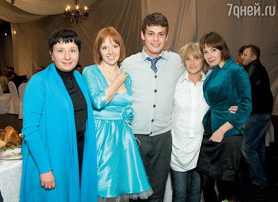 Молодожены Даша и Шамиль со своими мамами: Марией (слева) и Мариной (справа) и с сестрой Шамиля Чулпан Хаматовой