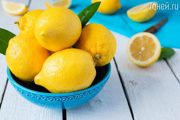 Лимонный сок обладает кислотными и отбеливающими свойствами и является, по сути, домашним химическим пилингом