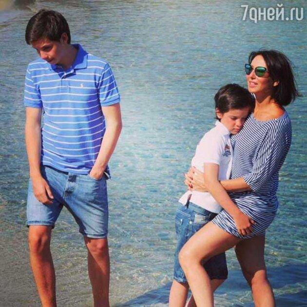 Алико Смехова с Артемом и Макаром
