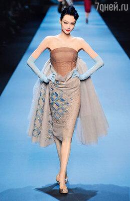 ...а каждая из моделей словно вышла из-под пера самого Кристиана Диора времен стиля New Look