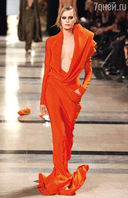 Стефан Роллан уделил должное внимание в коллекции не только горячо любимым драпировкам, но и второму лидирующему цвету наступающего сезона — оранжевому