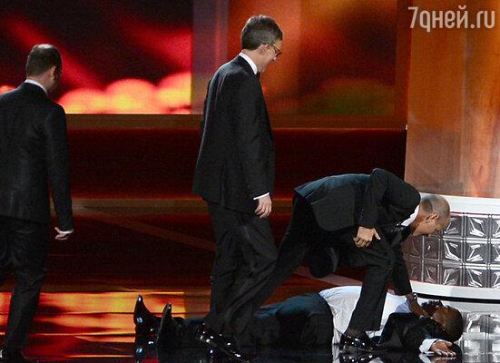 Во время 64-й церемонии вручения наград «Эмми» комик Трэйси Морган неожиданно упал прямо на сцене