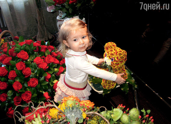 Дочь Укупника Соню в первую очередь заинтересовал подаренный папе мишка из цветов