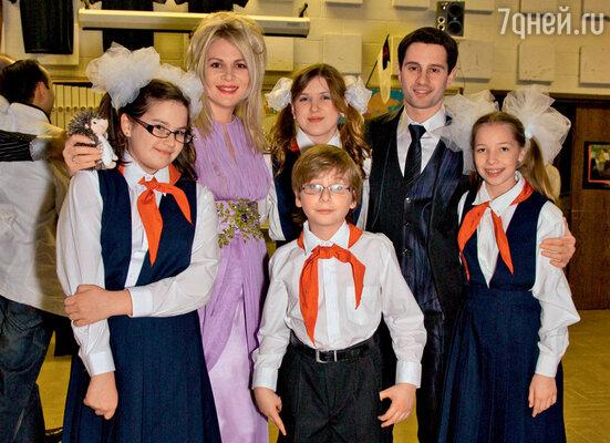 Виктория и Антон Макарские с американскими «пионерами» — участниками благотворительного концерта