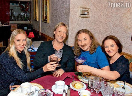 ...а затем поздравили Дмитрия Харатьяна с днем рождения (актер на фото с женой Мариной Майко)