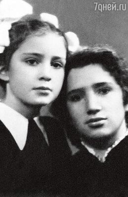 Со старшей сестрой Аллой. 1954 г.
